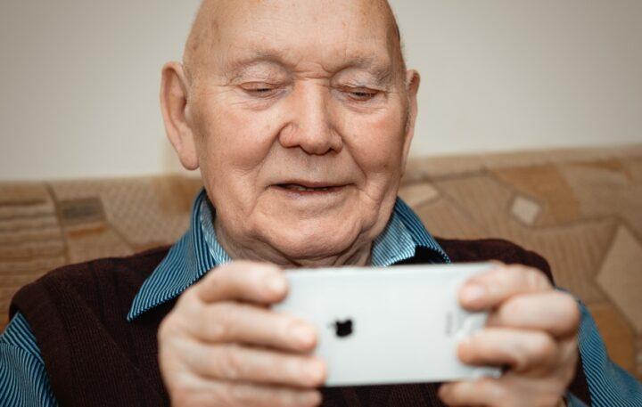 Oportunități de învățare online pentru seniori